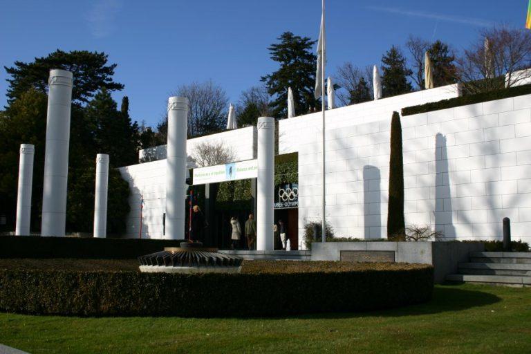 El Museo Olímpico en Lausana, alberga exhibiciones relacionadas con el deporte y el movimiento olímpico. Sus visitantes pueden encontrar información sobre los antiguos y modernos Juegos Olímpicos. Está rodeado por un parque en el que se pueden ver múltiples obras de arte, relacionadas siempre con el deporte.